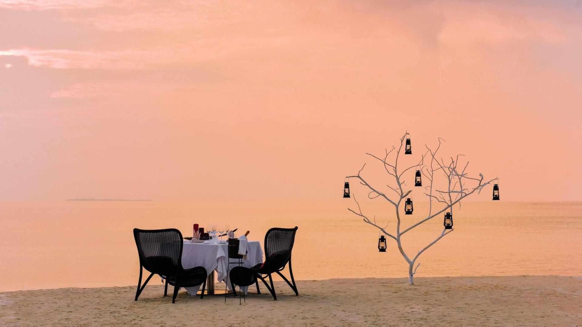 Kanuhura_beach_dining__5_-1599×931-78da1f34-38cc-41c5-a5ca-5d184e36e049